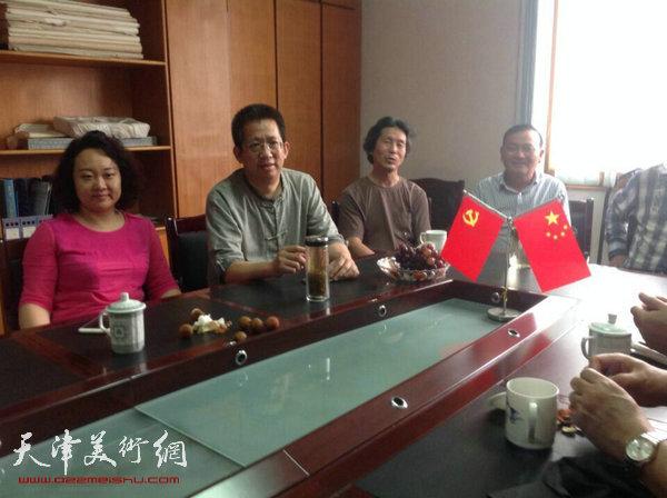 """天津美协""""深扎""""主题活动走进泾县明星宣纸厂,图为李毅峰、孙瑜在座谈会现场。"""