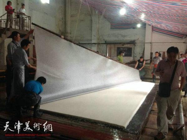 """天津美协""""深扎""""主题活动走进泾县明星宣纸厂,图为参观学习宣纸的制作流程。"""