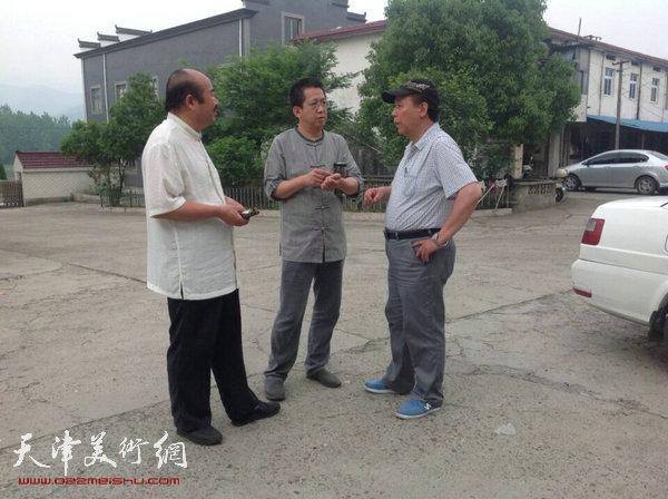 """天津美协""""深扎""""主题活动走进泾县明星宣纸厂,图为李毅峰、孟庆占、郭凤祥在研究工作。"""