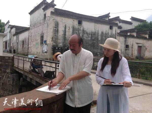 """天津美协""""深扎""""主题活动走进泾县明星宣纸厂,图为孟庆占、赵红云在泾县写生。"""