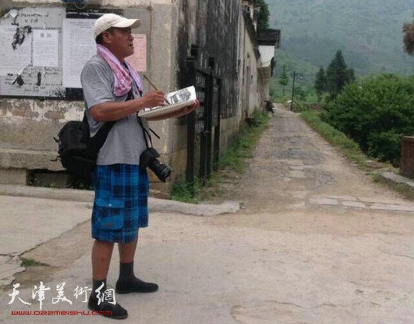 """天津美协""""深扎""""主题活动走进泾县明星宣纸厂,图为张运河在泾县写生。"""