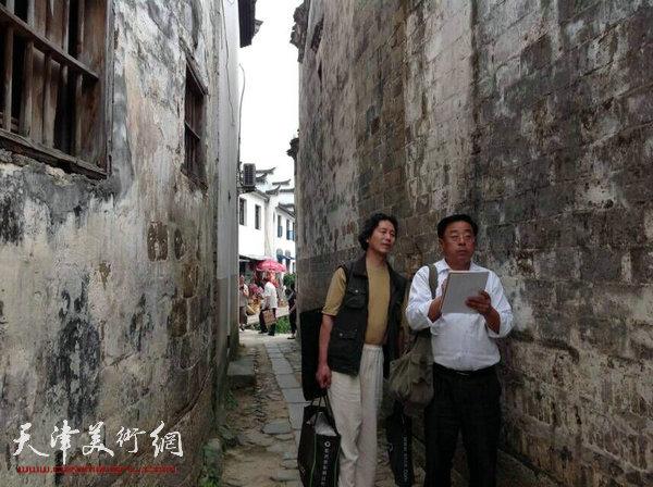 """天津美协""""深扎""""主题活动走进泾县明星宣纸厂,图为赵俊山、郑文忠在泾县写生。"""