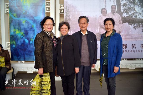 李存伟、张振群与刘正、张永敬在画展上。