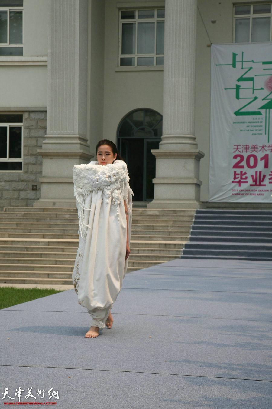 """""""创造与未来""""——天津美术学院2015届毕业生优秀作品展在天津美术学院美术馆开幕,图为产品设计学院毕业生时装表演。"""
