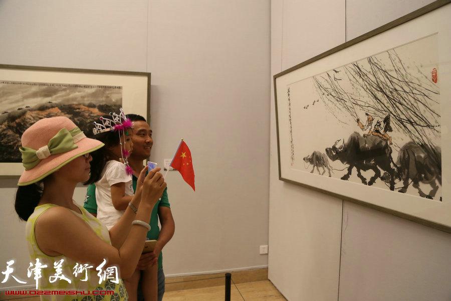 """""""太行浩氣——呂云所中國畫展""""捐贈儀式在中國美術館舉行,圖為"""