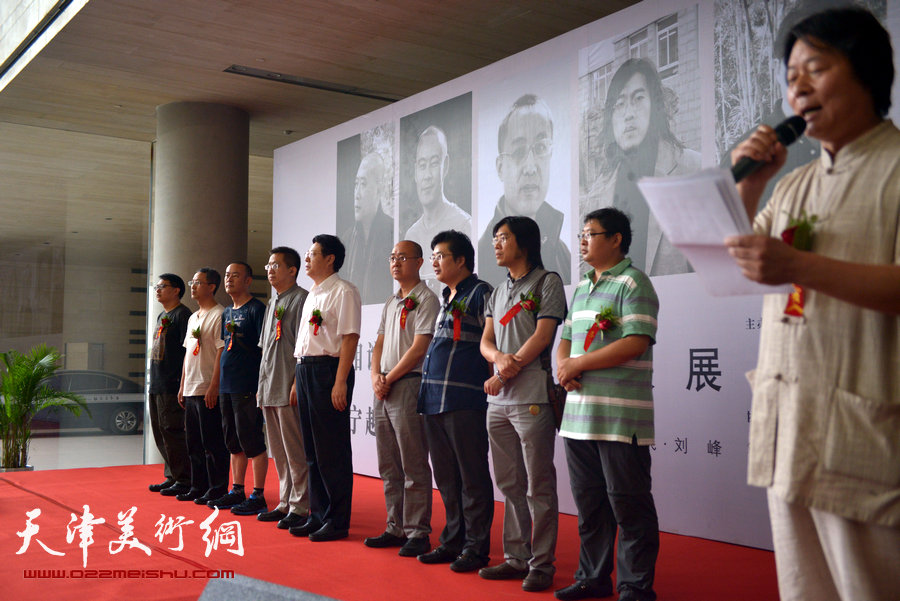 京津画家联展在天津美术馆举行,图为