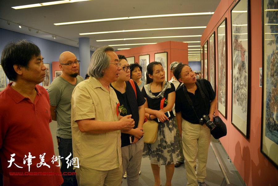 首屆天津市美術家協會山水畫專業委員會山水畫展覽在天津美術館開幕,圖為