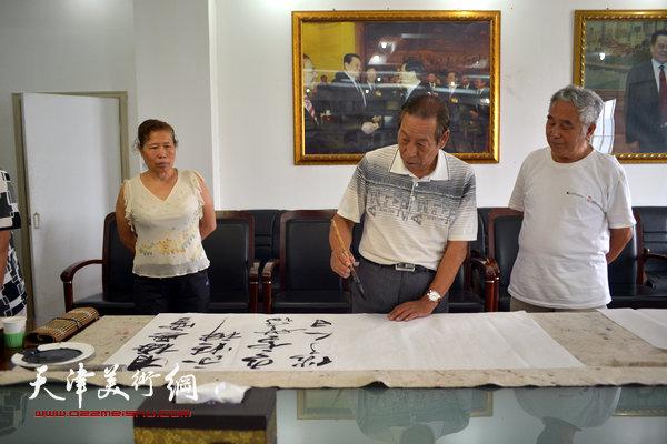 天津部分回族书画家走进天穆村开展书画联谊活动。