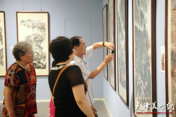 天津首届山水画大展现场观展人群络绎不绝。