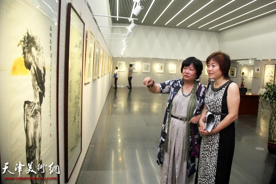 """""""五彩贝中国画展""""在天津图书馆开展。"""