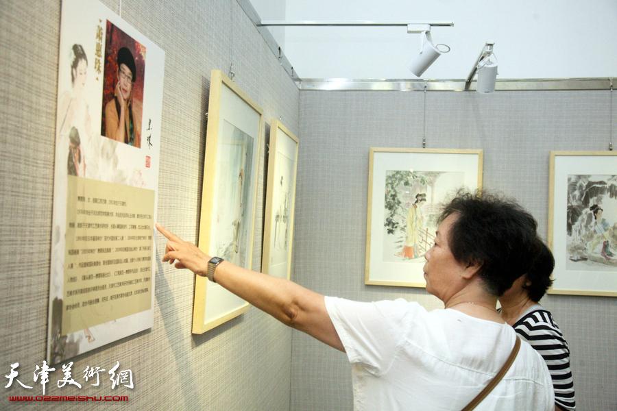 """""""五彩贝中国画展""""在天津图书馆开展,图为展览现场。"""