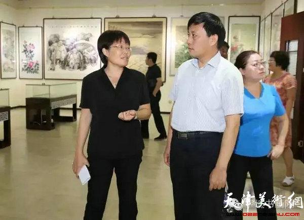 宝坻区副区长芮永玲参观书画院即将展出的书画作品