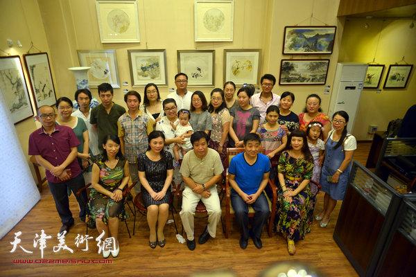 图为李耀春与部分参展画家在展览现场。