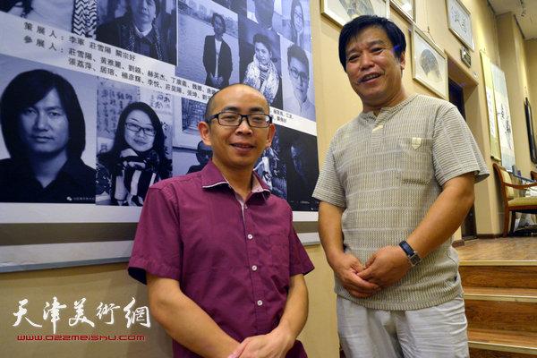 图为李耀春、阚传好在画展现场。