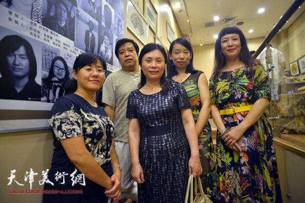 图为李耀春、陈钟林、庄雪阳、黄雅丽、赫英杰在画展现场。
