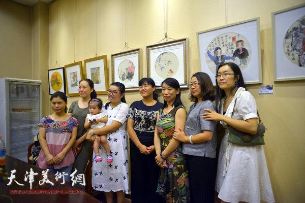 图为庄雪阳、张荔萍、赫英杰、居瑢、魏娜、孔令钰在画展现场。