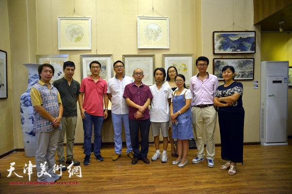图为左起:范宁、丁广义、管众、刘千友、阚传好、安士胜、孔令钰、赵文静、张超、赫英杰在画展现场。