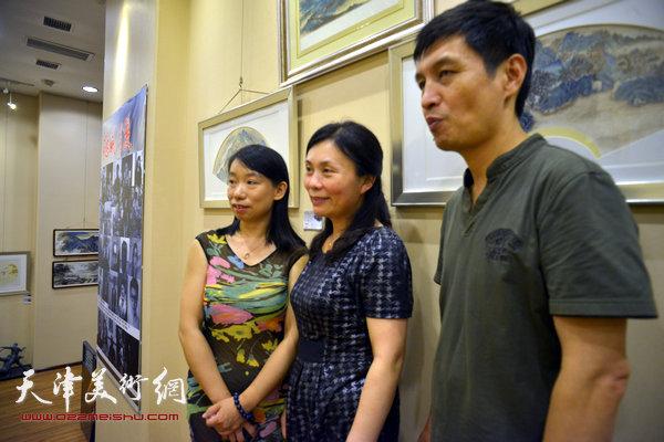 图为陈钟林、庄雪阳、丁广义在画展现场。