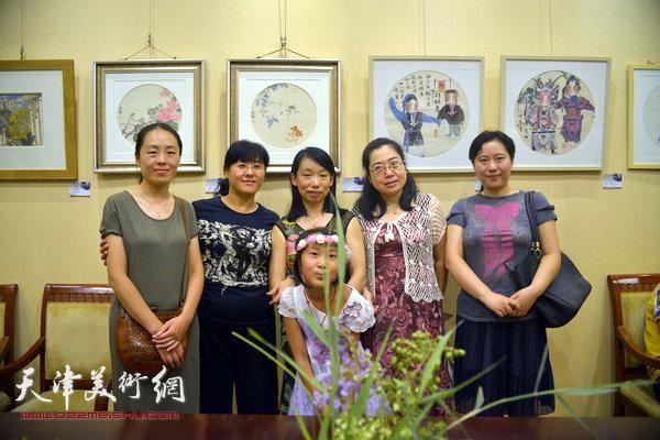 图为庄雪阳等部分参展女画家在画展现场。