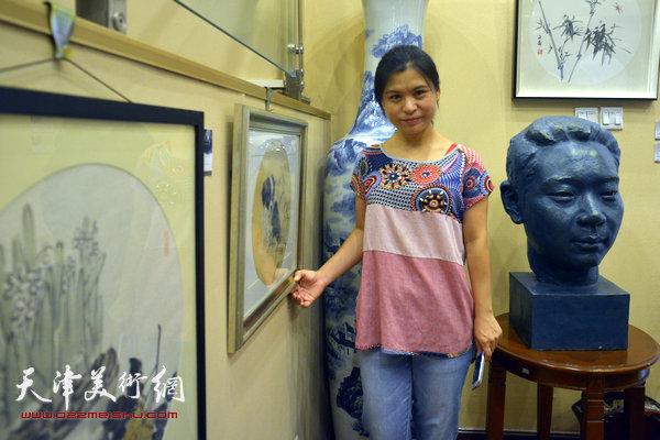图为张荔萍和她的作品。