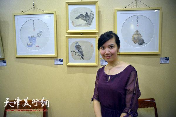 图为李悦和她的作品。