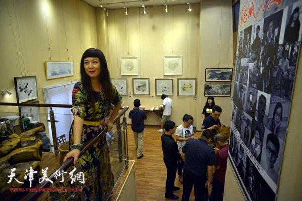 图为黄雅丽在画展现场。