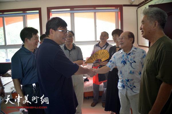 霸州市人民政府副市长张纬东亲切看望出席活动的津冀书画艺术家。