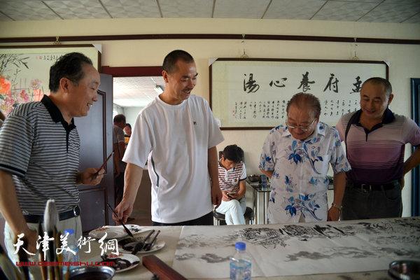 图为郑连群、孟宪奎、周秋生、郭伟等在现场。