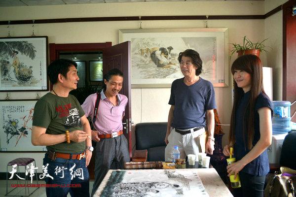 图为郑连群、孟宪奎、郭伟、杨悦在活动现场交流。