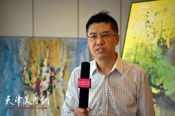 8月16日,程亚杰在天津接受天津美术网采访。