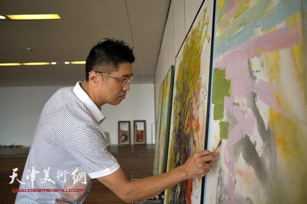 程亚杰在天津进行创作。