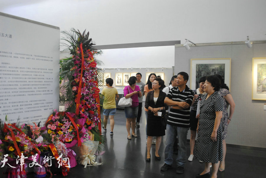 天津市人大常委会副主任、民进天津市委会主委张俊芳代表民进市委会祝贺画展成功