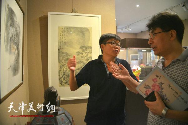 郭振山、李旭飞在观赏作品。