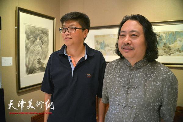 贾广健、李旭飞在观赏作品。