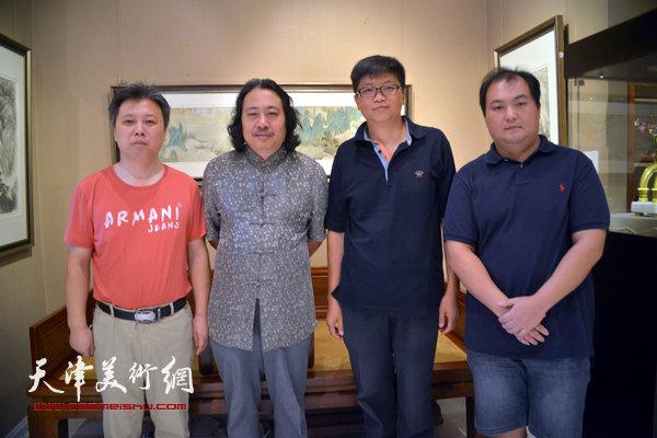 左起:杨建君、贾广健、李旭飞、陈治在画展现场。