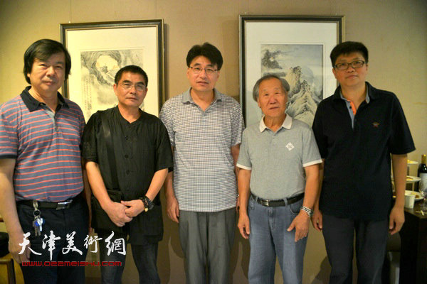 左起:史振岭、杨沛璋、郭振山、姬俊尧、李旭飞在画展现场。