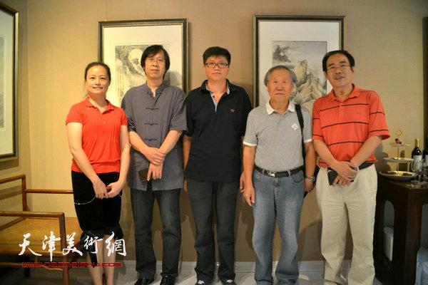 左起:王昕、路洪明、李旭飞、姬俊尧、卞昭宏在画展现场。