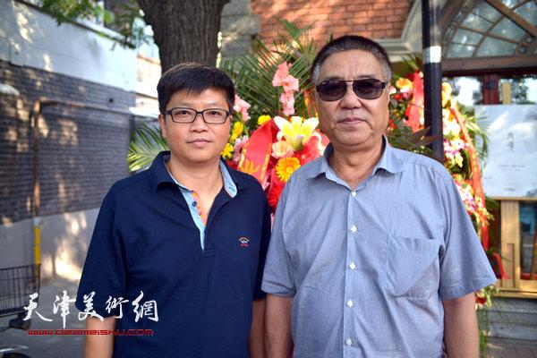 姜陆、李旭飞在画展现场。