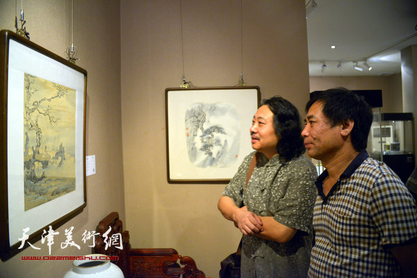 贾广健、肖培金在观赏作品。