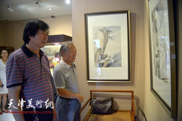 姬俊尧、史振岭在观赏作品。