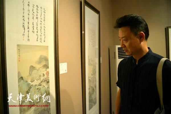 李旺在观赏作品。