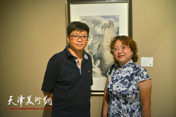 张春蕾、李旭飞在画展现场。