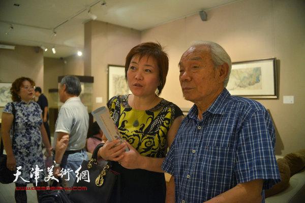 纪振民、李澜在观赏作品。
