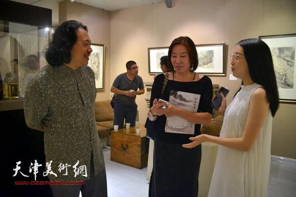 贾广健、尤佳在画展现场。