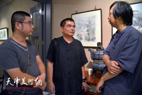 杨沛璋、路洪明、姜立志在画展现场。