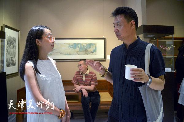 李旺、尤佳在画展现场。