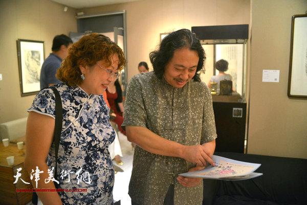 贾广健、张春蕾在画展现场。
