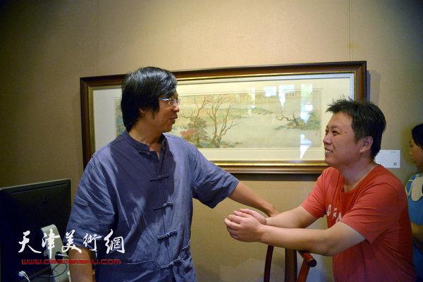 杨建君、路洪明在画展现场。