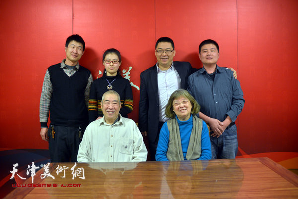 邓捷与邓家驹、邓家驹夫人徐礼娴以及网站编采人员在天津美术网