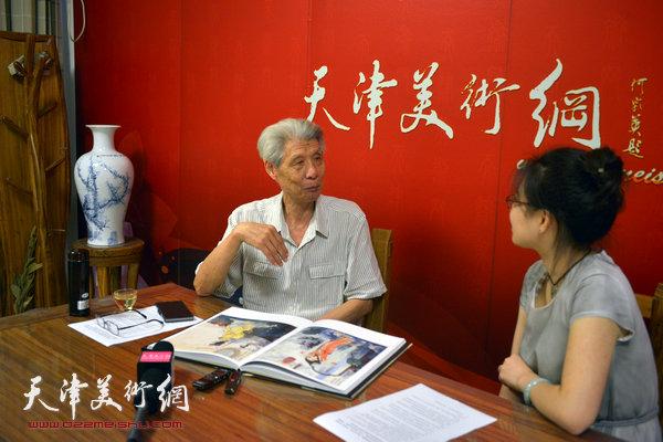 图为著名画家杨德树做客天津美术网